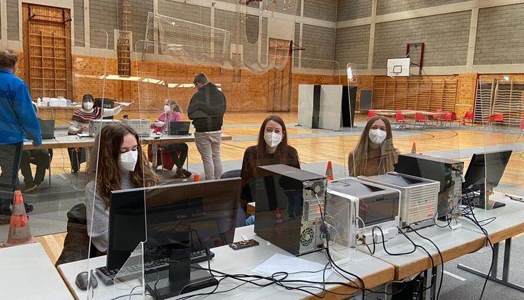 Schülerinnen der HAK Leibnitz helfen bei Covid-Schnelltestung in Leibnitz