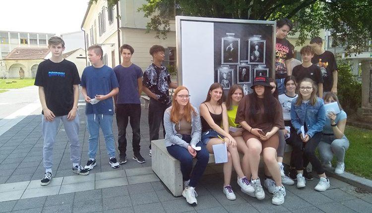 Schüler/innen der HAK Leibnitz bei der Austellung Menschenbilder 2021