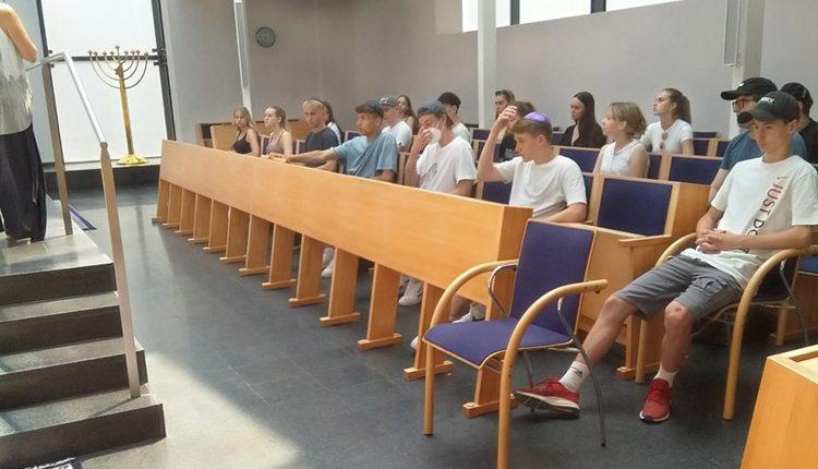 Frau Mag. Ruth Kathrin Lauppert-Scholz erarbeitet mit Schüler/innen, was es heißt, jüdisch zu leben.