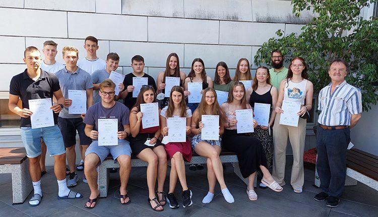 Schülerinnen und Schüler der 4. Jahrgänge der HAK Leibnitz absolvierten den Check mit sehr guten Leistungen