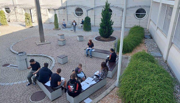 SchülerInnen im Innenhof der HAK Leibnitz